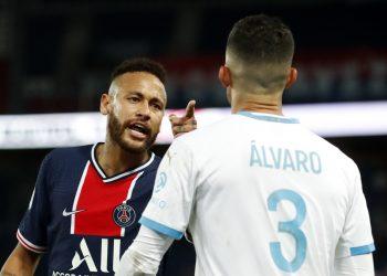 Neymar discute com Alvaro Gonzalez durante partida do Campeonato Francês 13/09/2020 REUTERS/Gonzalo Fuentes